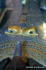 Crook and Flail missing (konde) Tags: kv55 valleyofthekings 18thdynasty newkingdom coffin mummycoffin gilded treasure art uraei cartouche hieroglyphs ancient amarna