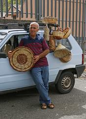 Gezellige mensen op de markt. (Roelie Wilms) Tags: italy italia sicily markt sicilia itali verkopers sicili zafferana