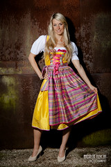 AnikaB-08 (Feicht Photography) Tags: fashion model outdoor wand gelb rost bunt wiesn dirndl lchelnd tracht kariert onelightsetup outdoorshooting wiesnoutfit feichtphotography