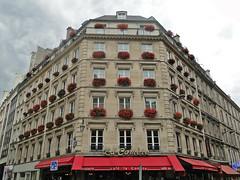 Angle d'immeuble.   Rue de la Verrerie / Rue des Archives. La Comte. Paris 4e. (fvib'r) Tags: perspective perspectives symmetry immeuble symtrie paris4e lacomte anglesderues