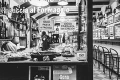 Street food nel Sestiere del Molo - Superbi. I genovesi e la loro città (Tiziano Caviglia) Tags: genova liguria streetphotography superbiigenovesielalorocittà crafts mestieri gastropub streetfood cibodastrada ledeliziedellamico genoa people persone negozio shop sestieredelmolo