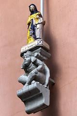 Quimper, place St-Corentin, faencerie Henriot (Ytierny) Tags: sculpture france faence saint statue vertical anne sainte place bretagne ville bois breton dcors quimper finistre socle corentin henriot cornouaille faencerie ytierny
