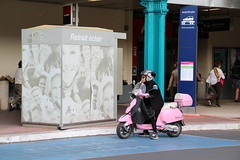Paris - Gare d'Austerlitz (corno.fulgur75) Tags: pink blue people paris france frankreich gare blues frana scooter railwaystation frankrijk francia iledefrance francie parijs frankrig pars parigi frankrike garedausterlitz pary pa francja prg 13earrondissement parisrivegauche june2015