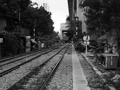 Bangkok Citytrain (hooge69) Tags: wohnen bangkok train city dangerous living leben alltag stad blackwhite schwarzweis einfarbig zug play spielen hardlife stadt gefahr homeles