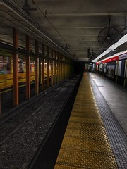 Salir temprano (Nicolas Solop) Tags: transporte transportation train tren trenes station estacion subte metro underground subway buenos aires buenosaires argentina pasajeros passenger transportar