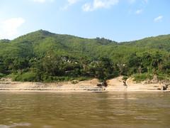 """Première journée de bateau sur le Mékong entre Houeisai et Pakbeng <a style=""""margin-left:10px; font-size:0.8em;"""" href=""""http://www.flickr.com/photos/127723101@N04/23237999073/"""" target=""""_blank"""">@flickr</a>"""