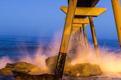 Bajo el puente (Pabliru) Tags: badalona puentedelpetróleo pontdelpetroli ola mar paisaje instantánea fotografianocturna nocturna