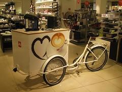 illy (streamer020nl) Tags: illy coffee kaffee café koffie machine fiets bakfiets transportfiets bike fahrrad bijenkorf store denhaag holland nederland niederlande netherlands paysbas hague 2017 100117 gravenhage
