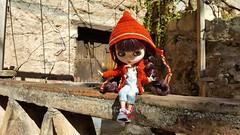 Martina (Martina&Chloè_Blythe) Tags: blythe doll muñecas exterior pueblos capucha sentada