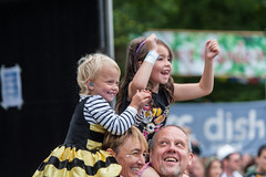 2015_ChrisStanbury_Saturday (49) (Larmer Tree) Tags: family girl children dad saturday mum shoulders earplugs clap 2015 handsintheair under5 mainlawn chrisstanbury