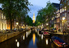 Amsterdam, una ciudad con mucho encanto (Giacomo della Sera) Tags: city ciudad luces barcas light europa noche canal night boats bicicleta puntodefuga lights amsterdam europe azul blue dam arquitectura