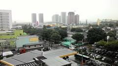 Chuva de verão (José Argemiro) Tags: chuva estação verão cidade osasco brasil summer rain calçada rua asfalto ônibus pontilhão viaduto engenharia ferro trânsito tráfego edifícios