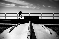 Navigare (Varigotti SV) (Ondablv) Tags: varigotti mare riflettere riflessioni mirare rimirar muro bianco nero uomo sun day man street foto immagine immagini canon 70d image images photo photos ondablv photography eos canon70d eos70d canoneos70d