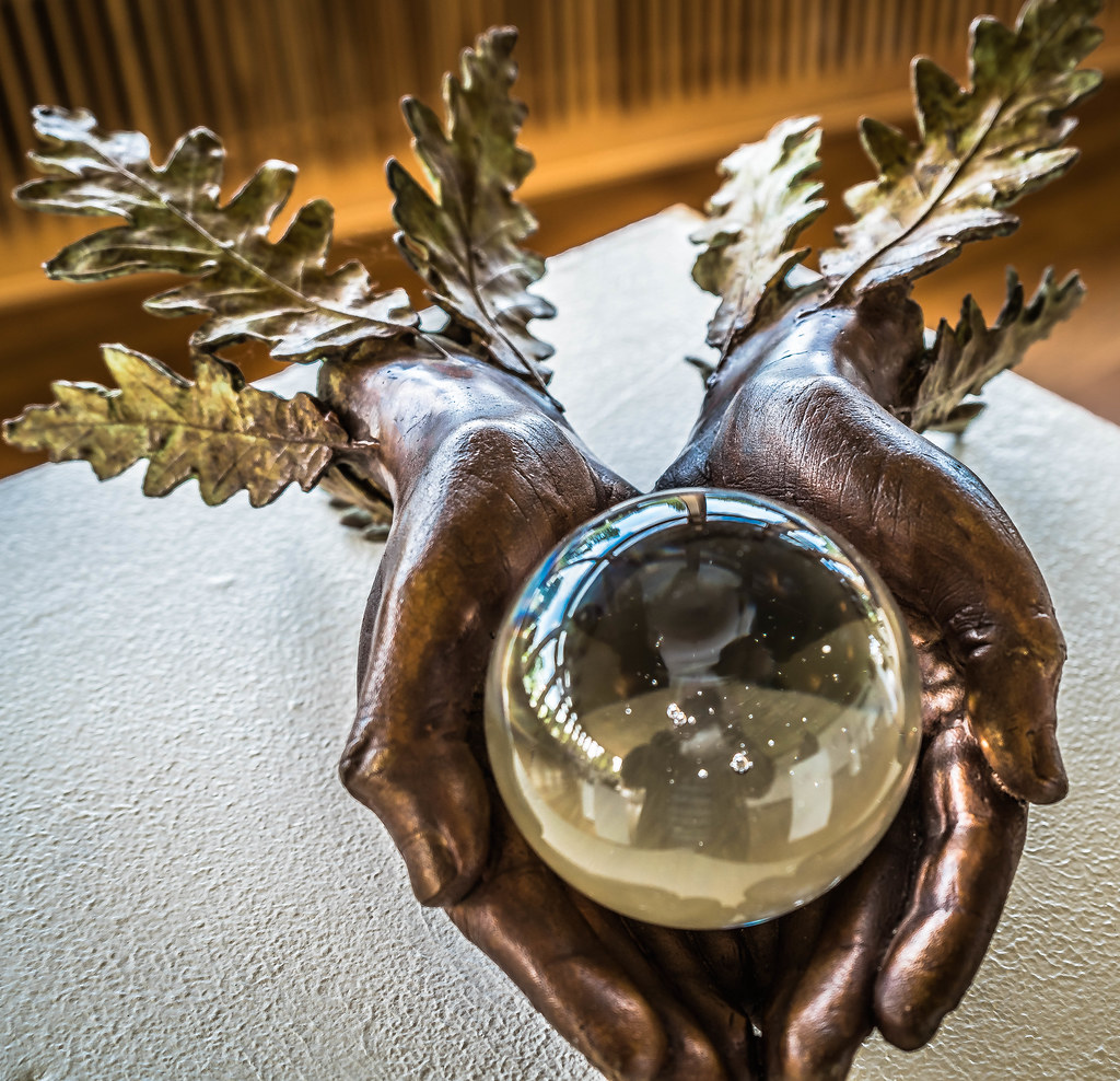 WHOLE WORLD IN YOUR HANDS BY BETH NEWMAN MAGUIRE [SCULPTURE IN CONTEXT 2015]REF-107675