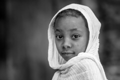 Ethiopie  du nord: enfant dans l'église Débré Birhan Sélassier à Gondar. (claude gourlay) Tags: ethiopie afrique africa cornedelafrique claudegourlay portrait ritratti retrato enfant child gonder gondar amhara noiretblanc blackandwhite nb bw
