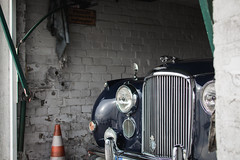 hidden beauty   l   2017 (weddelbrooklyn) Tags: auto garage oldtimer jaguar chrom lack blau restauriert understatement car chrome colour blue restored nikon d5200