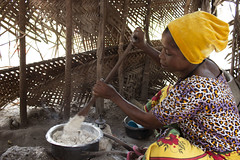 Preparing ugali from cassava flour in Tanzania. Photo H.Holmes/RTB