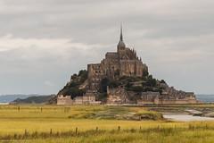 Le Mont-Saint-Michel (akampmeier) Tags: france grass canon island eos frankreich cloudy outdoor insel gras normandie isle canoneos montsaintmichel nwn bewlkt bassenormandie flickrestrellas quarzoespecial canoneos70d canon70d eos70d