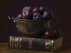 Pruimen. De laatste in deze serie. (.MARTINE.) Tags: studio grid book boek schilderij plums martine pruimen flit flitser 0548 strobist nikon85mmf14 octabox reflectiescherm nikond800 oudemeester nikonsb910speedlight
