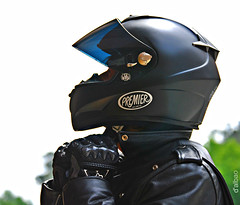 Caballero moderno (Franco D´Albao) Tags: francodalbao dalbao nikond60 caballero knight motero biker casco helmet negro black gente people hombre man jinete rider charlie