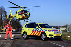 Not Scripted at All (Floris M. Oosterveld) Tags: rescue vehicle volvo xc90 new car helicopter team mmt dutch air medical aviation yellow contrast flying photoshoot netherlands chopper spectacular ambulance radboud umc nijmegen mobiel medisch eurocopter ec135 polished