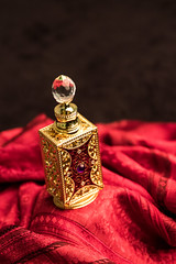 Parfum Carré (photosreggar) Tags: parfum joyaux bijoux rouge noir noiretblanc intérieur studio noflash