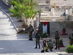 Zwaarbewapende militairen bij kamp Aida