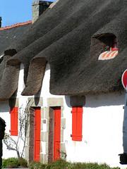 2 077 (marinetteromico) Tags: chaumière toit chaume fenêtres portes rouge pierre etel rivière bretagne