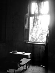 Solitudine #1 (Al Santos) Tags: light luz cortina window table maria dramatic vila janela drama solitary mesa solido cenrios solitudine bwemotions dramtico zlia dramaticidade avision platinumphoto artlegacy theperfectphotographer pfogold thechallengefactory damniwishidtakenthat
