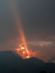 beam (Marlis1) Tags: sunset españa clouds wow spain montes elsports specland weatherphotography specsky abigfave