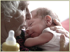Karel buikt uit bij Oma Hannah ( - s  ) Tags: baby bottle child grandmother hannah kind oma karel fles