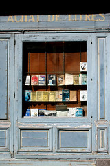 Achat de livres (Markus Moning) Tags: france window saint st shop facade buch de book frankreich brittany close fenster bretagne books schaufenster breizh bookshop showcase canoneos350d livres ville saintmalo malo stmalo fassade buchladen muros bcher bzh moning buchhandlung intra achat markusmoning