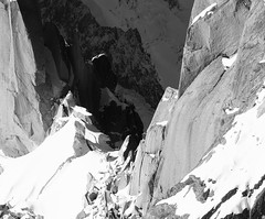 Alpiniste sur l'arête des Cosmiques (E*M) Tags: alpinisme montblanc noiretblanc blackandwhite montagne paysage mountain ridge aiguilledumidi cosmiques arêtedescosmiques rocher escalade climbing