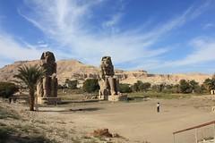 Memnonkolosse (rikawaechter) Tags: ägypten luxor reise reisen nil memnon kolosse amenophis sand wüste koloss sehenswürdigkeit kultur alt statuen