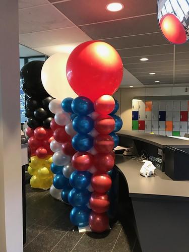 Ballonpilaar Breed Rond in de kleuren van de Duitse, Franse en Engelse Vlag voor de open dag van de Ring van Putten in Spijkenisse