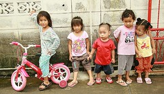 little ones (the foreign photographer - ฝรั่งถ่) Tags: children toddlers khlong thanon portraits bangkhen bangkok thailand canon kiss
