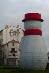 Bonhomme rond sur rond point (mistigree) Tags: bonhommedeneige béziers chapeau rouge