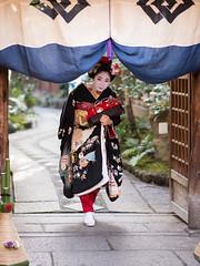 sweet (byzanceblue) Tags: 小花 舞妓 祇園 祗園甲部 枡梅 京都 始業式 花街 kimono kanzashi maiko geisha gate black formal lovely sweet cute beautiful gion kyoto girl female woman japan japanese