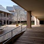 滋賀県立大学食堂中庭テラスの写真
