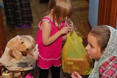24. Humanitarian assistance for refugees at Svyatogorsk Lavra / Раздача гуманитарной помощи беженцам Лавры