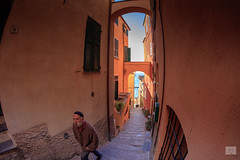451201701cCERVO-32 (GIALLO1963) Tags: architettura architecture candid people street fisheye liguria cervo italy 2017 canoneos5ds canonef815mm14lfisheye