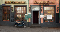 Hotel (Mr.Pixel) Tags: cologne köln kölneraltstadt stapelhäuschen hotel restaurant bar brauerei vespa