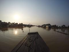 Casas flotantes (NFTOMY) Tags: casasflotantes water boat traveler travel simplysuperb navegando pescadores aire trip viajes goprophoto gopro suresteasiático cambodia camboya lagosap tonlésap lake lago agua navegar atardecer sunset sun sol airelibre traveling pics travelphoto
