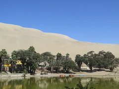 "Oasis de Huacachina <a style=""margin-left:10px; font-size:0.8em;"" href=""http://www.flickr.com/photos/83080376@N03/21519078369/"" target=""_blank"">@flickr</a>"