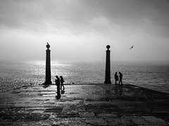 The eternal door of Lisbon (António Alfarroba) Tags: mist fog lisboa lisbon lissabon lisbonne névoa nevoeiro praçadocomércio caisdascolunas