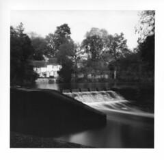 L'écume des jours (Oeil de chat) Tags: bw blur film nature canal eau bretagne nb pinhole contraste noon ilford fp4 barrage argentique sténopé poselongue