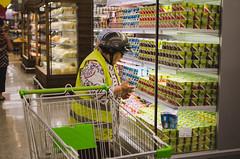 Ternura y combinacin (iluziones en la calles) Tags: chile 35mm mujer nikon supermercado talca tierna combinada 35mmlens d5100