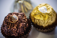 [266/365] (augustosakai) Tags: nikon chocolate choco bombom delicia ferrerorocher project365 nikonphotography projeto365 augustosakai ferrerorond
