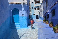 L'envol d'une enfant - Chefchaouen (Olivier Simard Photographie) Tags: maroc morocco chefchaouen chefchaouèn rif massifdurif médina medina bleu blue azul achawen chaouen الشاون‎ شفشاون ⵜⵛⴻⴼⵜⵛⴰⵡⴻⵏ fille girl enfant child escalier stairs lumière light soleil matin morning marocaine rifmountain course run saut jump sebbanine afriquedunord maghreb berbère berber alley intangibleculturalheritageofhumanitybyunesco bluerinsed andalusian ruelle patrimoineculturelimmatérieldel'humanitédelunesco andalou res fillette bleudechefchaouen architecture riad younggirl blueofchefchaouen rifaine rue street couleurs colors