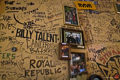 Ramones Museum - Krausnickstrasse, Mitte (Berlin, Allemagne) 10/12/2016 (YAOF Design) Tags: ramonesmuseum rmcm ramones punk rock walloffame billytalent cancerbats thesubways 1012 101216 krausnickstrasse mitte berlin allemagne germany deutschland iphone iphone5s yaofdesign yaof design